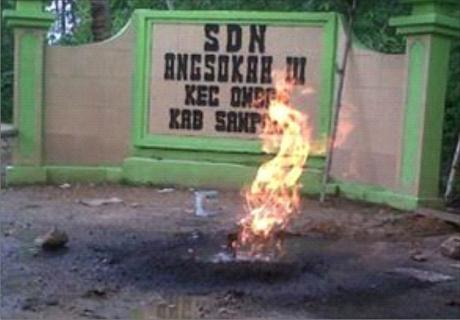 Inilah api yang keluar dari dalam tanah di halaman Sekolah Rendah Angsokah III di Sempang, Madura, Jawa Timur.