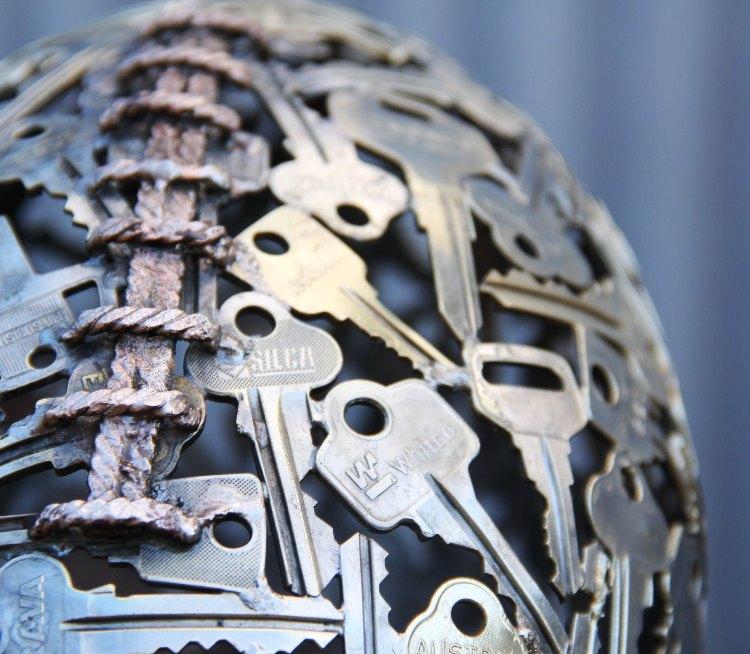 كورة الرغبي مصنوعة من المفاتيح القديمة
