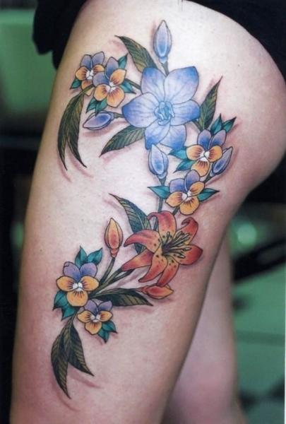 Tatuaje de flores en la pierna