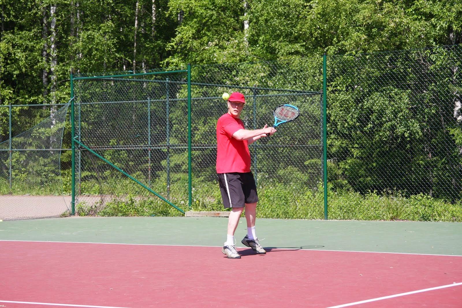 Tenniskursseja erilaisille kokoonpanoille invatenniksestä tykytennikseen käteisellä