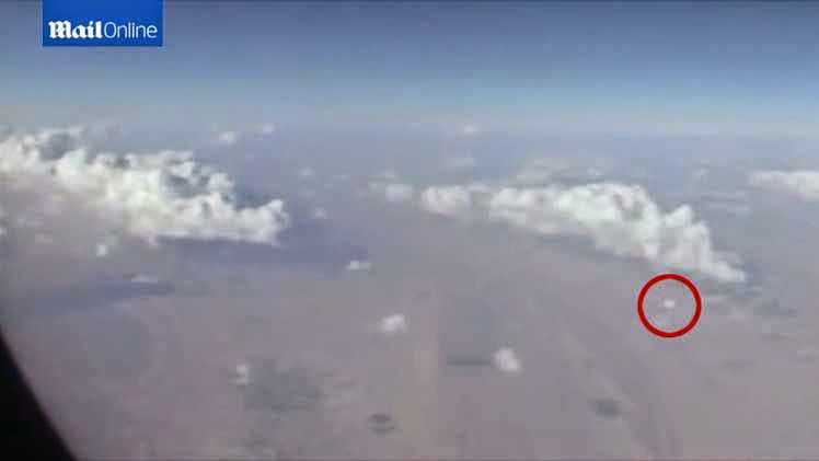 شاهد بالفيديو ماذا قام هذا الراكب بتصويره من نافذة الطائرة في السماء