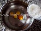 Prajitura cu vanilie preparare reteta crema - amestecam zaharul cu galbenusurile