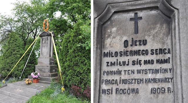 Rogów, ul. Gwardii Ludowej. Żeliwny krzyż na kamiennym słupie z 1909 roku - dar kamieniarzy wsi Rogów. Foto KW.