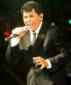 Álvaro Torres cantando en concierto