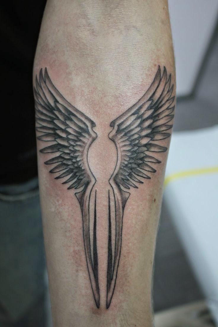 mujer con tatuaje de alas femenino