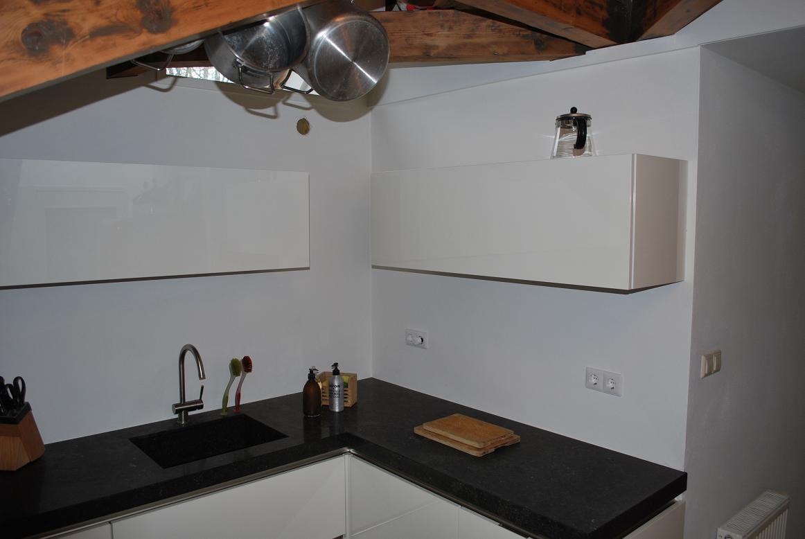 Moderne keuken op zolder gp interieur idee - Idee kleur moderne keuken ...