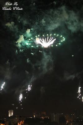 Porque o Verão é cheio de alegria e festas deixo aqui uma composição fotografia de fogo de artificio, para que possa trazer uns sorrisos umas boas fotografias  e uma saudação á pirotecnia que faz estes efeitos magníficos e nos deixa encantados a olhar para os céus cheios de brilho e cor.