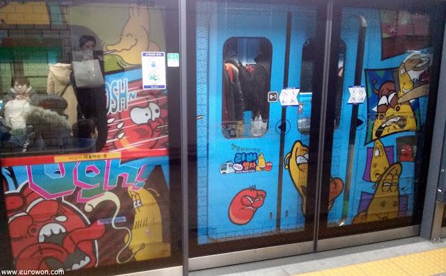 Metro decorado con los personajes de la serie de animación Larva