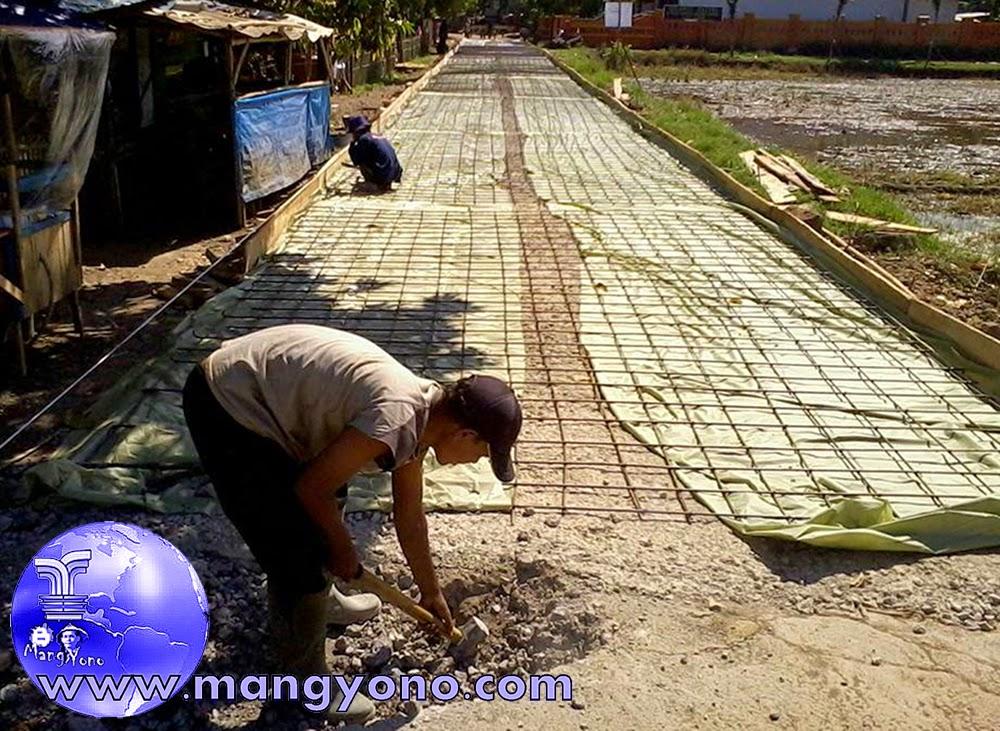 Jalan siap dicor, sudah dilakukan pemasangan pembesian. Foto jepretan Kang Dul.