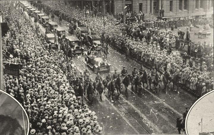 Trecerea Reginei Maria pe Broadway salutata de mii de oameni in ciuda ploii. Poza este realizata inaintede Trinity Church, in drum spre cladirea Primariei