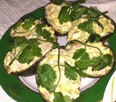 Салат в лодочках из авокадо