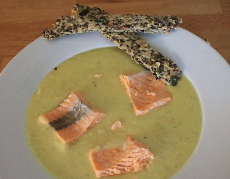 Zuppa di topinambur con salmone