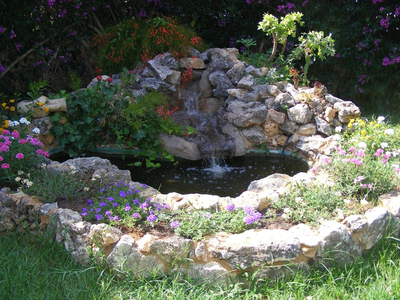 Laghetto in pietra rustica con cascata in roccia for Laghetto con cascata