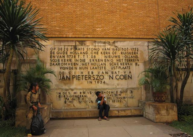 Prasasti di dalam taman terbuka di dalam gedung museum