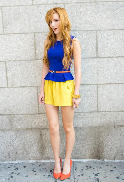 Bella Thorne Short Shorts Unos shorts amarillos.
