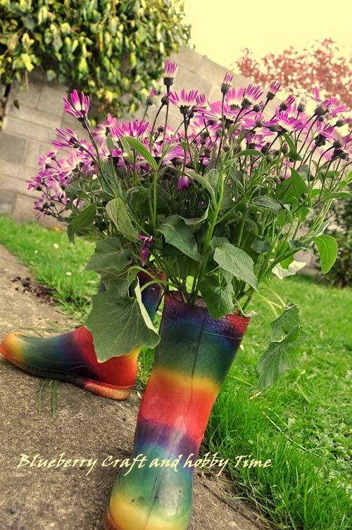 Maceteros y floreros hechos con botas de caucho o vinilo - Decorar jardines con materiales reciclados ...