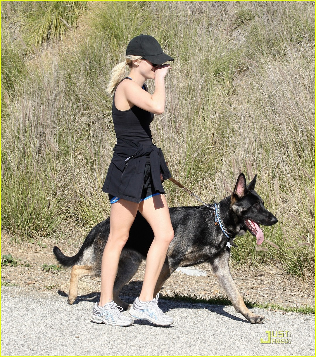 http://4.bp.blogspot.com/-kFTEz2s8Z-E/TZtYS-OTu6I/AAAAAAAAB9I/_q8CPDUttd0/s1600/reese-witherspoon-takes-hike-with-dogs-01.jpg