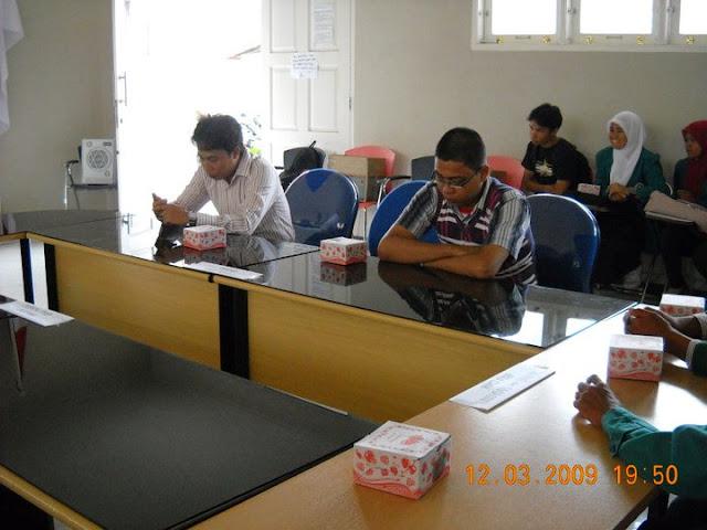 Bapak Naidi Faisal - kiri (Ketua Program Study Ilmu Politik Unimal) Bersama Kanda Helmi - kanan (Alumni Ilmu Politik UNIMAL).