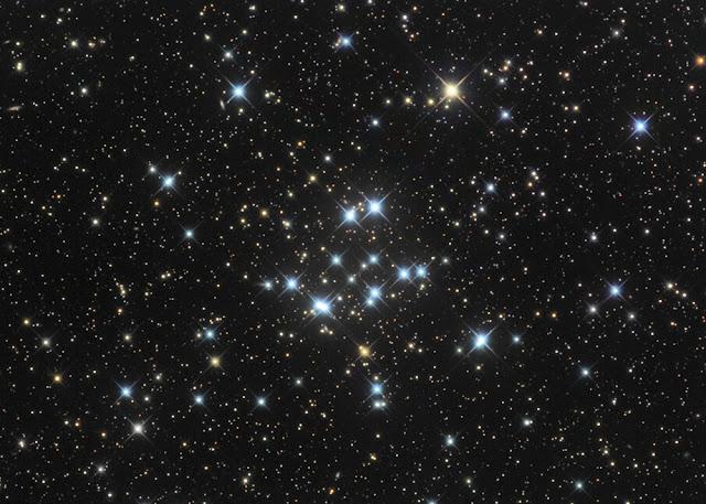 Mục tiêu tuyệt vời cho ống nhòm, M34 có diện tích cỡ trăng rằm trên bầu trời. Tác giả : Bob Franke.