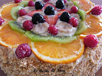 torta decorata con crema e  la frutta