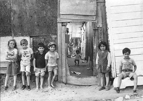 Miúdos residentes em barracas.