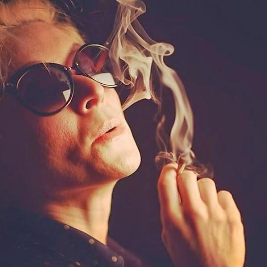 Aos 40, Patricia Marx posta fotos fumando maconha no instagram