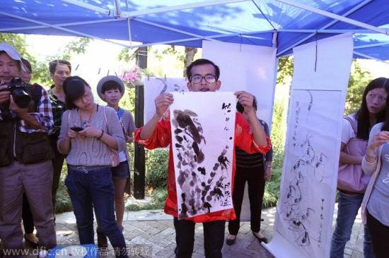 Ζωγράφος χρησιμοποιεί για πινέλο την γλώσσα του
