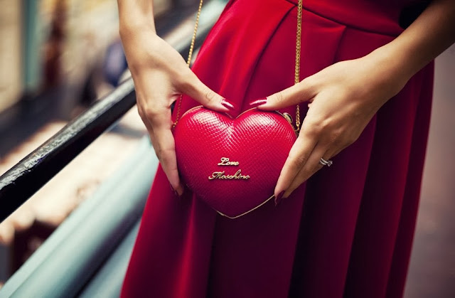 heart shape clutch bag, red mini bag, red beg with gold details, клатч в форме сердца