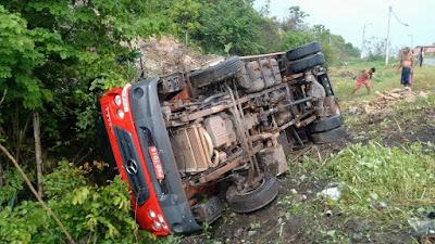 Caminhão tomba próximo ao Recanto da Juçara em Chapadinha.