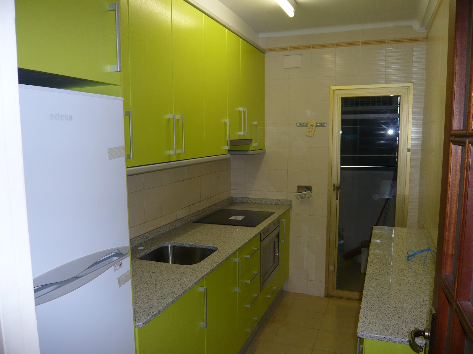 Reuscuina muebles de cocina en formica verde pistacho for Cocina verde pistacho