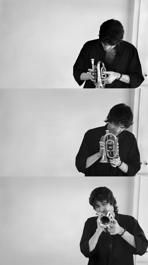 Composição com três imagens na vertical. Nas duas de cima o músico segura o trompete e na última já está a tocar