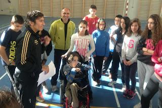 El técnico Juan Carlos Granado, junto a los alumnos del IES Zorrilla. /FECLEDMI