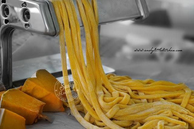 fresh homemade pumpkin pasta / pasta labu kuning