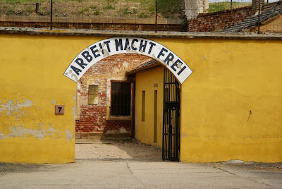 הכתובת הנודעת לשימצה, העבודה משחררת בכניסה למחנה הריכוז