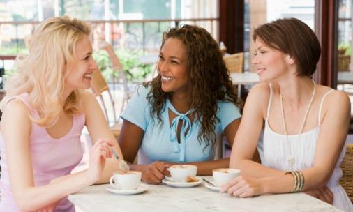لماذا تفشل وتنتهى الصداقة بين النساء دائما -  friendship - women-friends-coffee