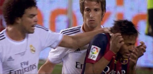 smešna slika: Real Madrid vs Barcelona Pepe hvata Neymara za vrat