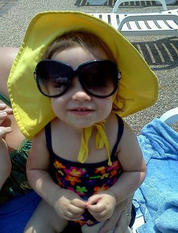 Foto keren bayi lucu memakai kacamata besar