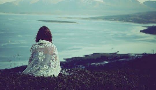 Resultado de imagem para menina olhando o mar
