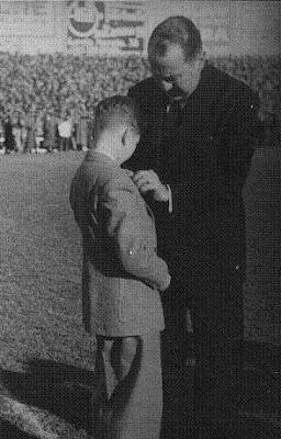 Arturo Pomar recibiendo la insignia de oro del Real Madrid