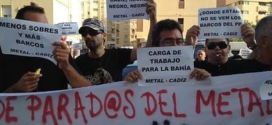 """Desempleados del sector auxiliar naval se movilizan en Cádiz Desempleados del sector auxiliar naval se han movilizado hoy martes en la capital gaditana para exigir a las distintas administraciones que se impliquen de una manera """"real y efectiva"""" en la búsqueda de carga de trabajo para la Bahía.  Fuentes de la Junta han indicado que ya han convocado oficialmente al colectivo a una cita que tendrá lugar a las 9:30 horas de este jueves y que contará con la asistencia del delegado de la Junta en Cádiz, Fernando López Gil, y de la delegada territorial de Economía, Innovación, Ciencia y Empleo.  Desde el colectivo expresan su """"satisfacción"""" ante esta convocatoria, ya que """"no puede escucharse sólo a los """"sindicatos"""" amarillos mayoritarios y a los comités de empresa. La industria auxiliar también tiene mucho que decir"""", enfatizan.  Este colectivo viene protagonizando acciones reivindicativas ante las puertas de los astilleros de Cádiz, San Fernando y Puerto Real y ante los ayuntamientos de esas mismas localidades, donde han hecho entrega de un manifiesto en el que demandan """"un compromiso de las administraciones públicas locales, autonómicas y estatales que solucione el problema de carga de trabajo del sector"""".  Así, miembros de la denominada plataforma de parados del metal han celebrado este martes una nueva jornada de movilizaciones en la que se han concentrado ante la sede de la Junta de Andalucía ubicada en la plaza Asdrúbal, han cortado el tráfico de la avenida principal durante unos cinco minutos, se han concentrado ante el Ayuntamiento de la capital y, por último, ante la Diputación Provincial de Cádiz."""