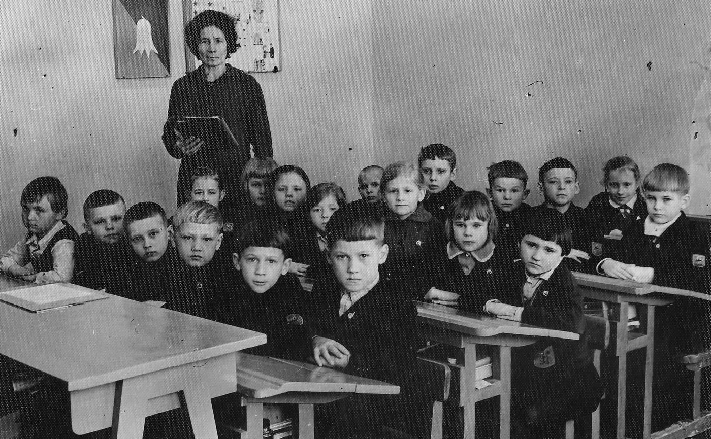 Skolotāja Mirdza Spuleniece ar mūsu 1. klasi 1971. gada martā