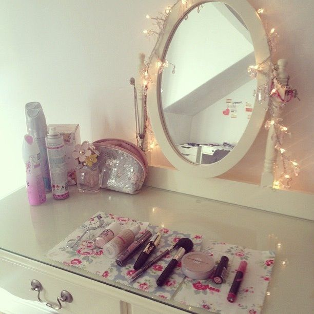 Cute pinterest fairy lights vanity for Schminktisch tumblr
