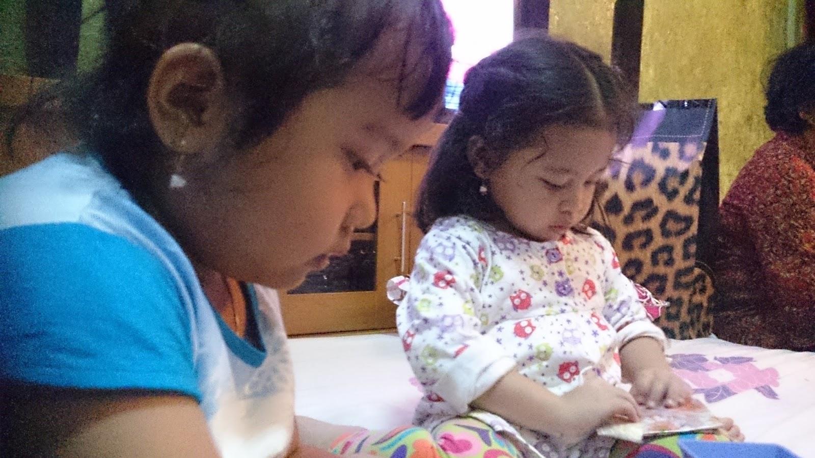 Vallen Dan Khansa Lagi Serius Main Keponakan Tante Nadya Yang Cantik Cantik Dan Menggemaskan Walaupun Sama Sama Cantik Mereka Beda Banget