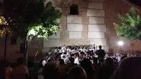 La banda y el coro avaned llenan la Plaza del cine