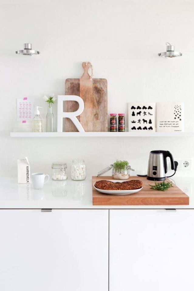 Estantes a la vista en la cocina