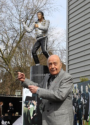 Estátua de Michael Jackson será removida do estádio Fulham Michael+Jackson+Craven+Cottage+Mohamed+Al+Fayed+Estatue