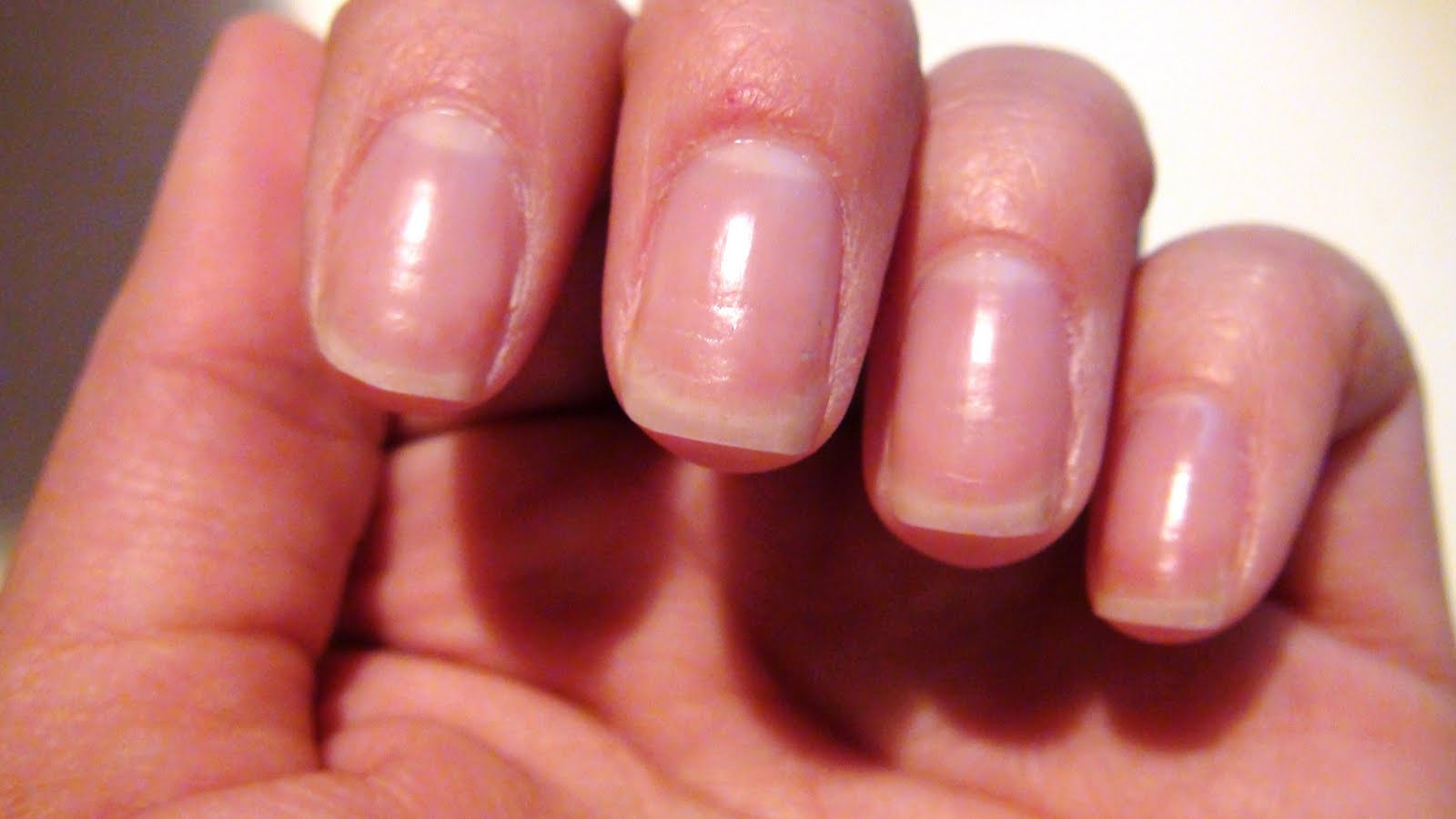 SCCASTANEDA: Growing my nails out - TRYING