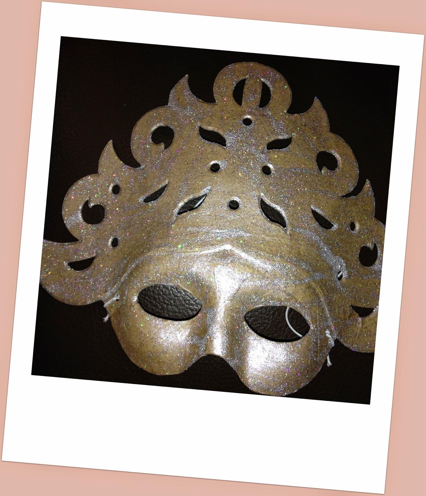 Mon joli petit bureau masque v nitien en paillettes l for Peinture boiro jeu deffet paillettes