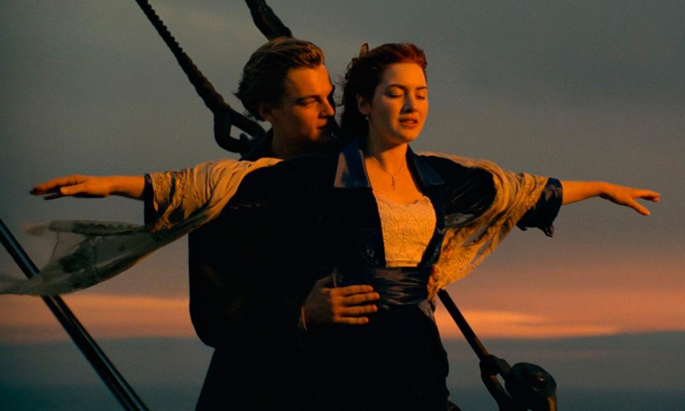 Cena clássica do filme Titanic (1997) onde jack segura rose na ponta do proa do navio enquanto ela abre os braços