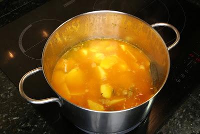 Preparación de patatas estofadas con bonito fresco